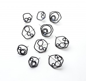 Circle earrings in matte and glossy black with black pearls